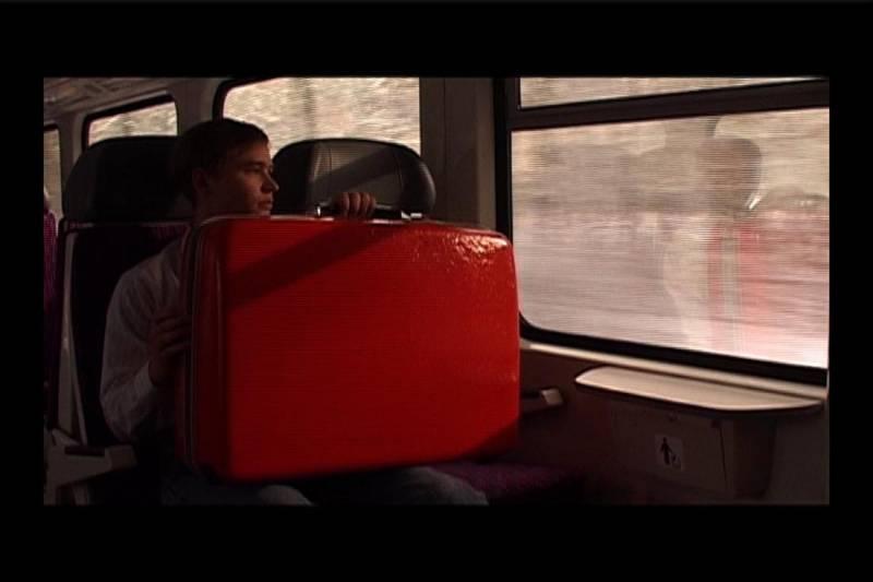 Der kleine Blonde und sein roter Koffer